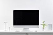 사람없음, 오브젝트 (묘사), 실내, 스튜디오촬영, 컴퓨터장비, 컴퓨터네트워크, 가전제품, 블루투스, 첨단기술, 컴퓨터, 컴퓨터키보드, 무선기술, 스마트기기 (정보장비), 컴퓨터모니터 (컴퓨터), 테이블, 사무실, 액자 (예술도구), 화분, 식물, 원예 (레저활동), 인공지능, 인공지능스피커 (스피커)