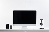 사람없음, 오브젝트 (묘사), 실내, 스튜디오촬영, 컴퓨터장비, 컴퓨터네트워크, 가전제품, 블루투스, 첨단기술, 컴퓨터, 컴퓨터키보드, 무선기술, 스마트기기 (정보장비), 컴퓨터모니터 (컴퓨터), 테이블, 사무실, 마우스 (입력도구), 헤드폰 (오디오장비), 헤드셋, 휴대폰거치대 (인조물건), 스마트폰, 휴대폰 (전화기)