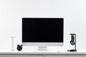 사람없음, 오브젝트 (묘사), 실내, 스튜디오촬영, 컴퓨터장비, 컴퓨터네트워크, 가전제품, 블루투스, 첨단기술, 컴퓨터, 컴퓨터키보드, 무선기술, 스마트기기 (정보장비), 컴퓨터모니터 (컴퓨터), 테이블, 사무실, 마우스 (입력도구), 헤드폰 (오디오장비), 헤드셋 (전화기), 시계, 자명종 (시계), 인공지능, 인공지능스피커 (스피커)