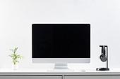 사람없음, 오브젝트 (묘사), 실내, 스튜디오촬영, 컴퓨터장비, 컴퓨터네트워크, 가전제품, 블루투스, 첨단기술, 컴퓨터, 컴퓨터키보드, 무선기술, 스마트기기 (정보장비), 컴퓨터모니터 (컴퓨터), 테이블, 사무실, 마우스 (입력도구), 화분, 식물, 원예 (레저활동), 헤드셋, 헤드폰 (오디오장비)