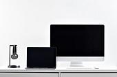 사람없음, 오브젝트 (묘사), 실내, 스튜디오촬영, 컴퓨터장비, 컴퓨터네트워크, 가전제품, 블루투스, 첨단기술, 컴퓨터, 컴퓨터키보드, 무선기술, 스마트기기 (정보장비), 컴퓨터모니터 (컴퓨터), 테이블, 사무실, 헤드폰 (오디오장비), 헤드셋, 노트북컴퓨터 (개인용컴퓨터), 마우스 (입력도구)