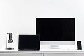 사람없음, 오브젝트 (묘사), 실내, 스튜디오촬영, 컴퓨터장비, 컴퓨터네트워크, 가전제품, 블루투스, 첨단기술, 컴퓨터, 컴퓨터키보드, 무선기술, 스마트기기 (정보장비), 컴퓨터모니터 (컴퓨터), 테이블, 사무실, 헤드폰 (오디오장비), 헤드셋, 노트북컴퓨터 (개인용컴퓨터), 스마트폰, 휴대폰거치대 (인조물건), 휴대폰 (전화기), 마우스 (입력도구)