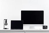 사람없음, 오브젝트 (묘사), 실내, 스튜디오촬영, 컴퓨터장비, 컴퓨터네트워크, 가전제품, 블루투스, 첨단기술, 컴퓨터, 컴퓨터키보드, 무선기술, 스마트기기 (정보장비), 컴퓨터모니터 (컴퓨터), 테이블, 사무실, 헤드폰 (오디오장비), 헤드셋, 노트북컴퓨터 (개인용컴퓨터), 카메라, 마우스 (입력도구)