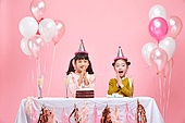 어린이 (나이), 분홍 (색상), 파티, 미소, 파티모자 (모자), 케이크, 풍선, 박수, 축하 (컨셉)