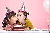 어린이 (나이), 분홍 (색상), 파티, 미소, 파티모자 (모자), 케이크, 촛불, 불기