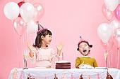 어린이 (나이), 분홍 (색상), 파티, 미소, 밝은표정, 파티모자 (모자), 케이크, 풍선, 박수, 축하 (컨셉)