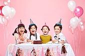 어린이 (나이), 분홍 (색상), 파티, 파티모자 (모자), 케이크, 풍선, 박수, 축하 (컨셉)