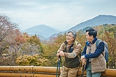 가을, 자연 (주제), 남성, 하이킹 (아웃도어), 친구 (컨셉), 마주보기 (위치묘사), 대화, 미소