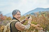 가을, 자연 (주제), 남성, 하이킹 (아웃도어), 여행, 산림욕, 스마트폰, 촬영, 미소, 만족