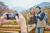 가을, 자연 (주제), 남성, 하이킹 (아웃도어), 여행, 산림욕, 스마트폰, 촬영, 미소, 친구 (컨셉), 즐거움, 손가락하트 (손짓)