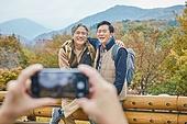 가을, 자연 (주제), 남성, 하이킹 (아웃도어), 여행, 산림욕, 스마트폰, 촬영, 미소, 밝은표정, 친구 (컨셉), 즐거움, 어깨동무