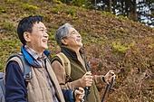 가을, 자연 (주제), 남성, 하이킹 (아웃도어), 여행, 산림욕, 미소, 밝은표정, 걷기 (물리적활동)