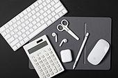 사람없음, 오브젝트 (묘사), 실내, 스튜디오촬영, 컴퓨터장비, 컴퓨터네트워크, 가전제품, 블루투스, 인공지능, 첨단기술, 무선기술, 마우스패드, 컴퓨터키보드, 에어팟, 이어폰, 가위, 계산기, 펜 (필기구)