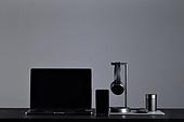 사람없음, 오브젝트 (묘사), 실내, 스튜디오촬영, 컴퓨터장비, 컴퓨터네트워크, 가전제품, 블루투스, 인공지능, 첨단기술, 무선기술, 스마트폰, 휴대폰, 스마트기기 (정보장비), 노트북컴퓨터 (개인용컴퓨터), 헤드폰 (오디오장비), 헤드셋 (전화기), 인공지능스피커 (스피커), 마우스 (입력도구), 테이블, 휴대폰거치대 (인조물건)
