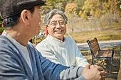 노인 (성인), 가을, 휴식, 공원벤치, 친구 (컨셉), 대화, 미소
