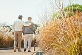 노인 (성인), 걷기 (물리적활동), 미소, 친구 (컨셉), 어깨동무