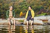 노인 (성인), 가을, 여행, 함께함 (컨셉), 시냇물 (유수), 징검다리 (시골길), 휴식, 미소