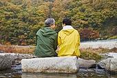 노인 (성인), 가을, 여행, 함께함 (컨셉), 시냇물 (유수), 징검다리 (시골길), 마주보기 (위치묘사), 미소
