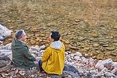 노인 (성인), 가을, 여행, 함께함 (컨셉), 시냇물 (유수), 대화, 마주보기 (위치묘사), 미소