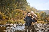 가을, 강, 낚시 (아웃도어), 어부 (역할), 친구 (컨셉), 어깨동무, 미소