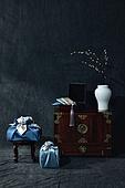 오브젝트 (묘사), 스튜디오촬영, 명절 (한국문화), 설 (명절), 추석 (명절), 선물 (인조물건), 선물상자, 선물세트, 기념일, 풍부, 포장, 한국전통, 전통문화, 한국문화, 한국 (동아시아), 천, 백그라운드, 보자기 (한국문화), 식물, 나뭇가지, 조화 (꽃), 꽃, 꽃병, 백자자기, 밥상 (한국전통), 서랍장 (가구), 가구, 예단보, 액세서리 (인조물건), 노리개
