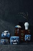 오브젝트 (묘사), 스튜디오촬영, 명절 (한국문화), 설 (명절), 추석 (명절), 선물 (인조물건), 선물상자, 선물세트, 기념일, 풍부, 포장, 한국전통, 전통문화, 한국문화, 한국 (동아시아), 천, 백그라운드, 보자기 (한국문화), 식물, 나뭇가지, 조화 (꽃), 꽃, 꽃병, 백자자기, 밥상 (한국전통), 서랍장 (가구), 가구, 예단보, 노리개, 액세서리 (인조물건)