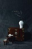 오브젝트 (묘사), 실내, 스튜디오촬영, 명절 (한국문화), 설 (명절), 추석 (명절), 선물 (인조물건), 선물상자, 선물세트, 기념일, 포장, 한국전통, 전통문화, 한국문화, 한국 (동아시아), 천, 백그라운드, 보자기 (한국문화), 가구, 서랍장 (가구), 식물, 나뭇가지, 꽃, 조화 (꽃), 매화꽃 (화목류), 백자자기, 꽃병, 밥상 (한국전통)
