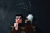 오브젝트 (묘사), 실내, 스튜디오촬영, 명절 (한국문화), 설 (명절), 추석 (명절), 선물 (인조물건), 선물상자, 선물세트, 기념일, 포장, 한국전통, 전통문화, 한국문화, 한국 (동아시아), 천, 백그라운드, 보자기 (한국문화), 가구, 서랍장 (가구), 식물, 나뭇가지, 꽃, 조화 (꽃), 매화꽃 (화목류), 백자자기, 꽃병, 밥상 (한국전통), 비녀, 액세서리 (인조물건)