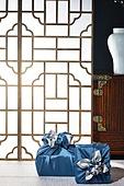 오브젝트 (묘사), 실내, 스튜디오촬영, 명절 (한국문화), 설 (명절), 추석 (명절), 선물 (인조물건), 선물상자, 선물세트, 기념일, 포장, 한국전통, 전통문화, 한국문화, 한국 (동아시아), 천, 백그라운드, 보자기 (한국문화), 가구, 서랍장 (가구), 문틀 (문), 창문, 한국전통문양 (패턴), 역광