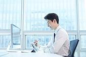 한국인, 사무실, 비즈니스, 디지털태블릿 (개인용컴퓨터), 아이디어, 비즈니스맨, 계약, 결재 (글씨쓰기)