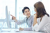 한국인, 사무실, 비즈니스, 비즈니스미팅 (미팅), 회의실 (사무실), 생각 (컨셉), 아이디어, 컴퓨터모니터 (컴퓨터)