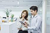 한국인, 사무실, 비즈니스, 신입사원, 스마트기기 (정보장비), 디지털태블릿 (개인용컴퓨터), 아이디어, 생각 (컨셉), 팀워크, 협력, 걱정, 아이디어 (컨셉)