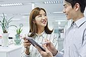 한국인, 사무실, 비즈니스, 신입사원, 스마트기기 (정보장비), 디지털태블릿 (개인용컴퓨터), 아이디어, 생각 (컨셉), 팀워크, 협력