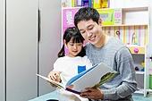육아, 아빠, 방, 딸, 책, 스토리텔링 (읽기), 미소