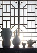 오브젝트 (묘사), 실내, 스튜디오촬영, 명절 (한국문화), 설 (명절), 추석 (명절), 백그라운드, 한국전통, 전통문화, 한국문화, 창문, 가구, 역광, 문틀 (문), 백자자기, 꽃병, 차 (뜨거운음료), 다도, 찻잔, 서랍장 (가구), 실루엣