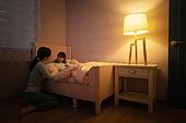 어린이 (나이), 잠, 밤 (시간대), 엄마, 딸, 가족, 미소, 책, 그림책 (책), 스토리텔링 (읽기)