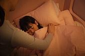 어린이 (나이), 잠, 밤 (시간대), 엄마, 딸, 가족, 이불, 덮음 (움직이는활동)