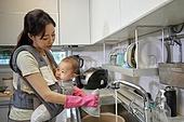 아기 (나이), 엄마, 돌보기 (컨셉), 육아맘, 신생아 (0-1개월), 설거지 (씻기)