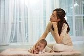 아기 (나이), 엄마, 돌보기 (컨셉), 육아맘, 신생아 (0-1개월), 스트레스, 후회, 걱정 (어두운표정)