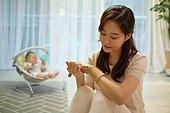 아기 (나이), 엄마, 돌보기 (컨셉), 육아맘, 신생아 (0-1개월), 스트레스, 손목, 고통 (컨셉)
