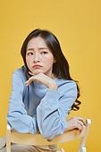 한국인, 대학생, 신입생, 상업이벤트 (사건), 여학생, 여성 (성별), 청년여자 (성인여자), 걱정 (어두운표정), 지루함 (컨셉), 피로 (물체묘사)