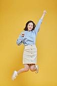 한국인, 대학생, 신입생, 상업이벤트 (사건), 여학생, 여성 (성별), 청년여자 (성인여자), 점프, 활력 (컨셉), 기쁨 (컨셉), 점프 (물리적활동), 미소