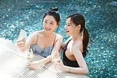 여성, 호텔, 수영장 (스포츠장소), 친구, 미소