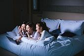 여성, 호텔, 휴가, 휴양 (컨셉), 미소, 리모콘 (전기용품), 노트북컴퓨터 (개인용컴퓨터), 밤 (시간대)