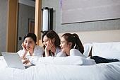 여성, 호텔, 휴가, 휴양 (컨셉), 미소, 리모콘 (전기용품), 노트북컴퓨터 (개인용컴퓨터)