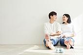 아내 (가족구성원), 커플 (인간관계), 임신 (물체묘사), 미소, 행복, 희망, 밝은표정, 마주보기 (위치묘사)