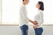 아내 (가족구성원), 커플 (인간관계), 임신 (물체묘사), 미소, 행복, 희망, 쓰다듬기