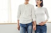 아내 (가족구성원), 커플 (인간관계), 임신 (물체묘사), 손잡기 (홀딩)