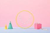 백그라운드, 사람없음, 오브젝트 (묘사), 컬러, 파스텔톤, 도형, 기하학모양, 장난감블록, 블록모양, 실내, 스튜디오촬영, 쥬얼리 (액세서리), 반지, 목걸이 (쥬얼리), 진주 (쥬얼리), 액세서리 (인조물건), 헤어핀 (헤어액세서리)
