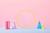 백그라운드, 사람없음, 오브젝트 (묘사), 컬러, 파스텔톤, 도형, 기하학모양, 장난감블록, 블록모양, 실내, 스튜디오촬영, 원뿔, 원형 (이차원모양), 쥬얼리 (액세서리), 반지, 목걸이 (쥬얼리), 진주 (쥬얼리), 액세서리 (인조물건), 헤어핀 (헤어액세서리)